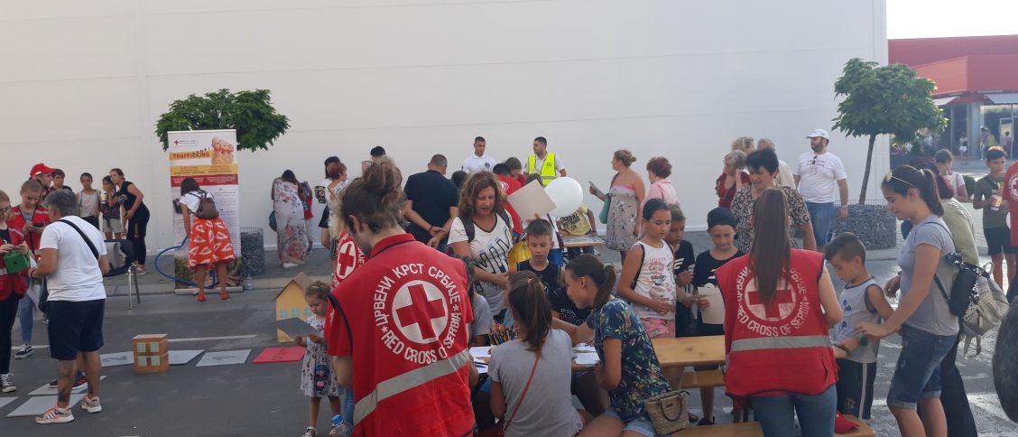 Представљање програма Борба против трговине људима. Волонтери Црвеног крста Панчево организовали су дечији сајам у Биг тржном центру у Панчеву где су наши ликови Миша и Маша децу учили о безбедном понашању.
